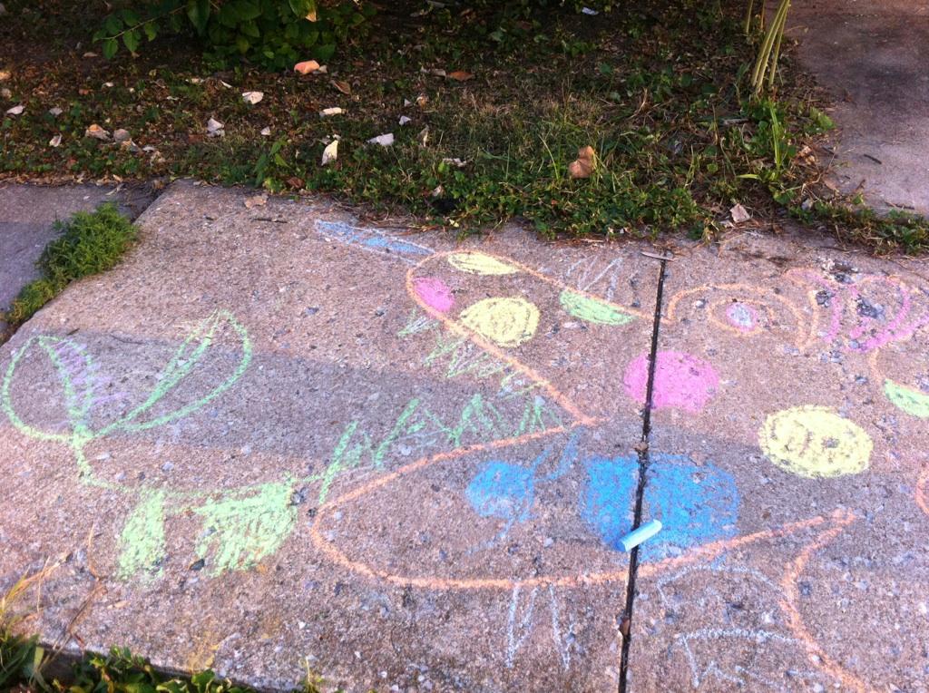 2011 0811 1 Finny & Mama make a chalk creature …